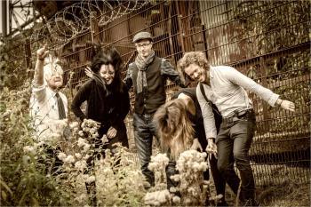 Folkkonzert mit Musik aus Schottland, Irland und Übersee, präsentiert von THE SCARLET SCALLYWAGS, TIM MAHN und STENZ